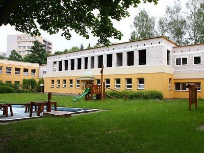 Výstavba stacionáře v turnovském MŠ a ZŠ Sluníčko probíhá za provozu