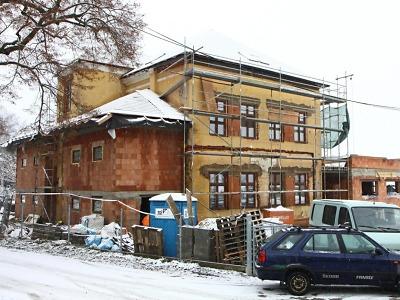 Ani zima se sněhem nezastavila práce na stavbě ZŠ v Mašově