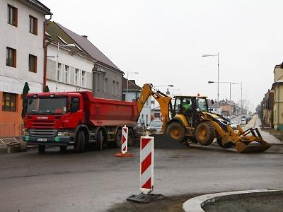 Část Nádražní ulice v Turnově má nový koberec, teď řeší výsadbu zeleně