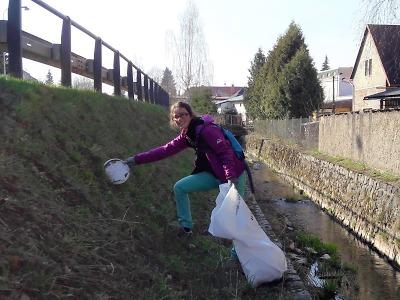 Dobrovolníci uklidili v Jilemnici a okolí téměř tunu odpadků