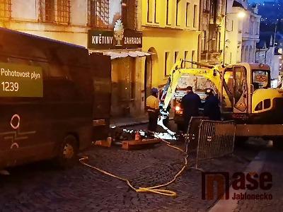 VIDEO: Došlo k úniku plynu u Mírového náměstí v Jablonci