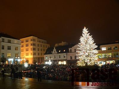 Rozsvícení vánočního stromu v Jablonci doprovodí Vrabčáci a David Deyl