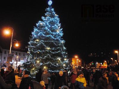 FOTO: Začátek adventu v Semilech zahájilo rozsvícení vánočního stromu