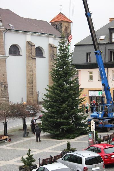 Vánoční strom je v Turnově už připraven na slavnostní rozsvícení