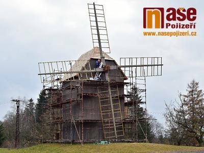 Jak probíhá stavba repliky větrného mlýnu v Borovnici