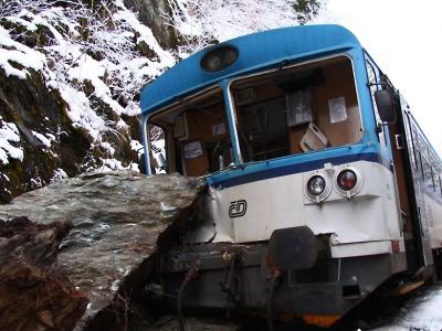 Vlak u Poniklé narazil do spadlé skály, zraněno je devět cestujících