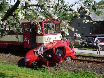 Ve Víchové se srazil vlak s osobním autem, na místě zemřela žena