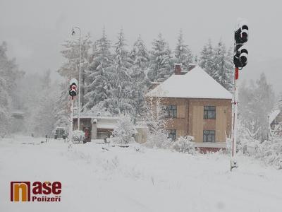 Sněhová kalamita a další nehody zastavily středeční dopravu v Pojizeří