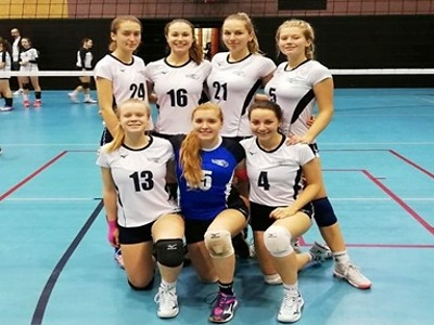 Volejbalové kadetky zvítězily na turnaji v Harcově, juniorky druhé