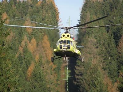 Vrtulník pomáhal při stavbě stožáru vysokého napětí v Krkonoších
