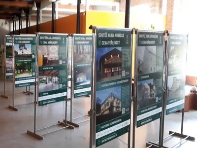Výstava o architektonické Soutěži Karla Hubáčka zamířila do Semil