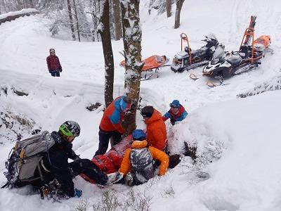 Horská služba zachraňovala zraněného muže pod ledopádem