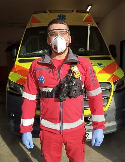 Ke všem výjezdům vyráží členové záchranky v ochranných pomůckách