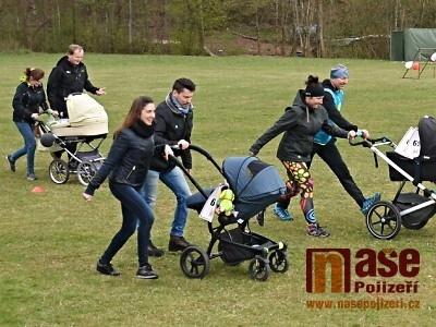 FOTO: Závod kočárků v Libštátě kromě zábavy pomohl Danečkovi