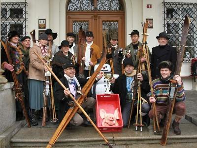 FOTO: Vrchlabský vánoční jarmark tradičně ozdobily závody postaru