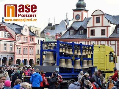 Na vrchlabském náměstí byla slyšet mobilní zvonohra