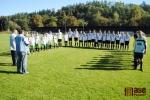 Mládež a trenéři popřáli Jaromíru Liškovi k jubileu