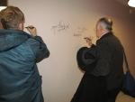 Tomáš Vorel a Jan Gogola se podepsali na hvězdnou zeď v semilském kině Jitřenka.