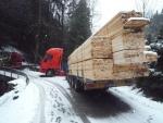 Kamiony opět blokovaly dopravu, u Jablonečku jeden visel z mostku