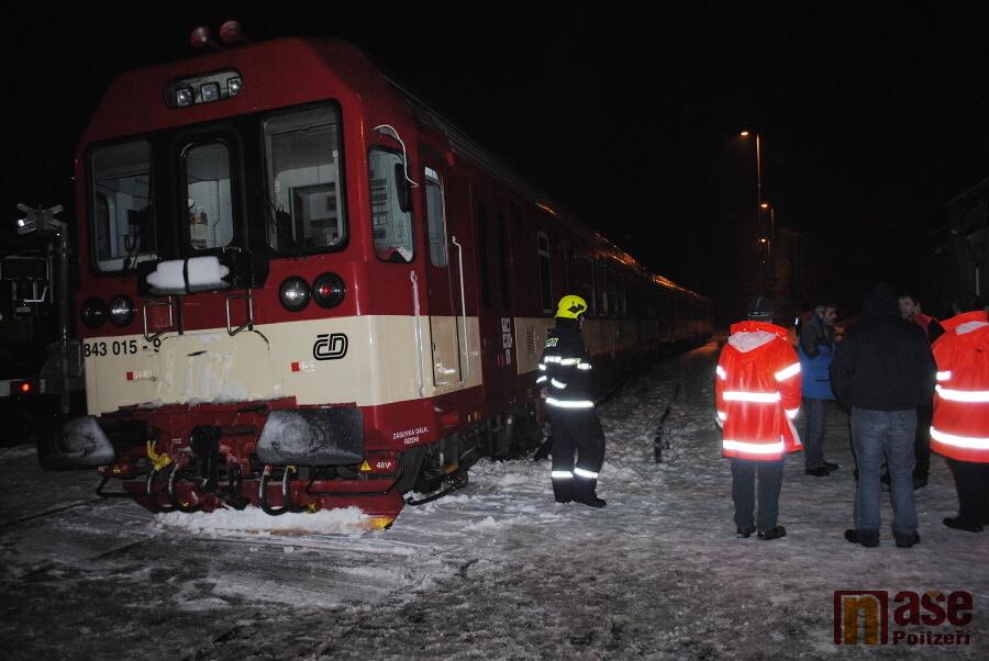 Vykolejení vlaku v Semilech na přejezdu v Nádražní ulici<br />Autor: Petr Ježek