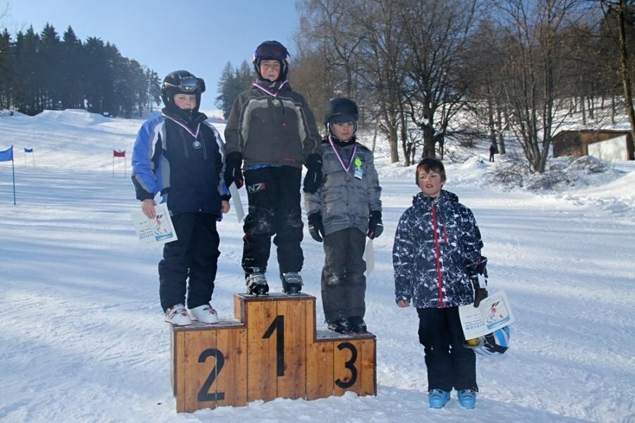Závod v obřím slalomu dětí na Kozákově