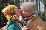 FOTO: Lyžaři se loučili se sněhem štafetou dvojic s polibkem