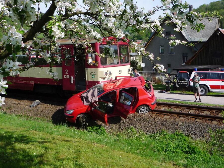 Srážka vlaku s osobním autem ve Víchové nad Jizerou