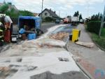 Kamion prorazil v Lomnici nádrž o kanál, na silnici uniklo tisíc litrů nafty