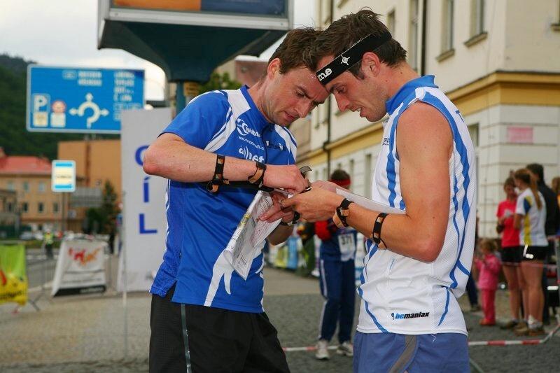 Jakub Oma a Ondřej Holas při studování mapově náročné trati v cíli sprintu