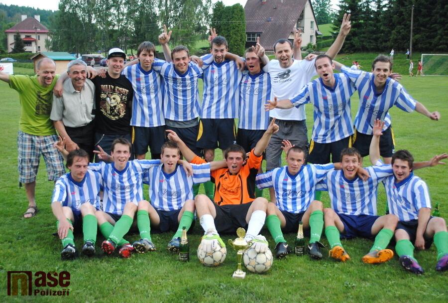 Hráči Nové Vsi přebírají pohár za vítězství v okresním přeboru<br />Autor: Petr Ježek