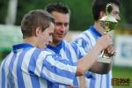 Hráči Nové Vsi přebírají pohár za vítězství v okresním přeboru