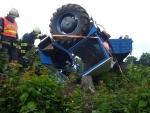 V Bělé u Turnova se převrátil traktor, zpátky na kola jej dostali až hasiči