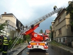 FOTO: Bouřka se přehnala Pojizeřím, v Turnově strom poničil dům
