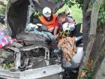 V Mírové zůstal řidič po nehodě zaklíněný, pomohlo až odstříhnutí střechy