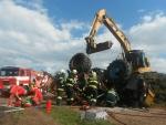 Aktualizováno: Ve Rváčově u Lomnice uvěznil řidiče převrácený traktor