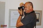 Vernisáž výstavy v Pojizerské galerii pod názvem Semilský fotoklub: Pět zlatých sezón. Tomáš Hyka fotí u profilu Miroslava Mrňáka