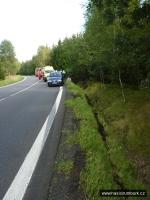 FOTO: Řidič skončil i s vozem v příkopě