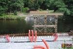 Pilíře v řece Jizeře, které budou po dokončení lávky odstraněny