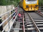 Vlak srazil u Rovenska muže při opravě mostku