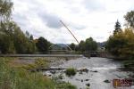 Semilská lávka přes Jizeru z regulace do parku Ostrov, mostovka i oblouk už jsou na svém místě