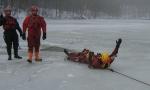 FOTO: Hasiči museli do ledové vody
