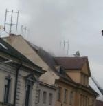FOTO: Požár střechy vyhnal z domu 12 lidí