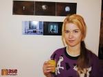 Výstava Každý člověk je umělec v Pojizerské galerii semilského muzea, Johana Novotná před svými fotografiemi