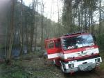 Hasiči likvidovali požár lesa v údolí řeky Kamenice u Spálova