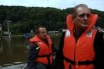 FOTO: Hřenskem projeli na loďce, silnice zmizely