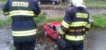 FOTO: Auto skončilo v potoce