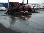 FOTO: U Tesca vzplálo auto