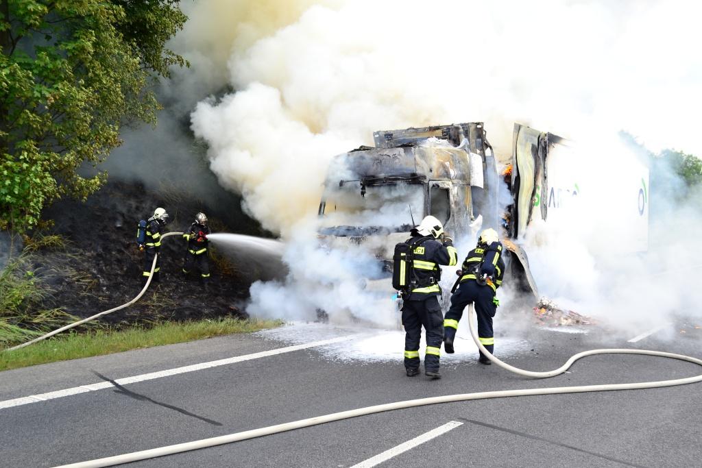 Požár kamionu na sil nici R35 za výjezdem na Jeřmanice