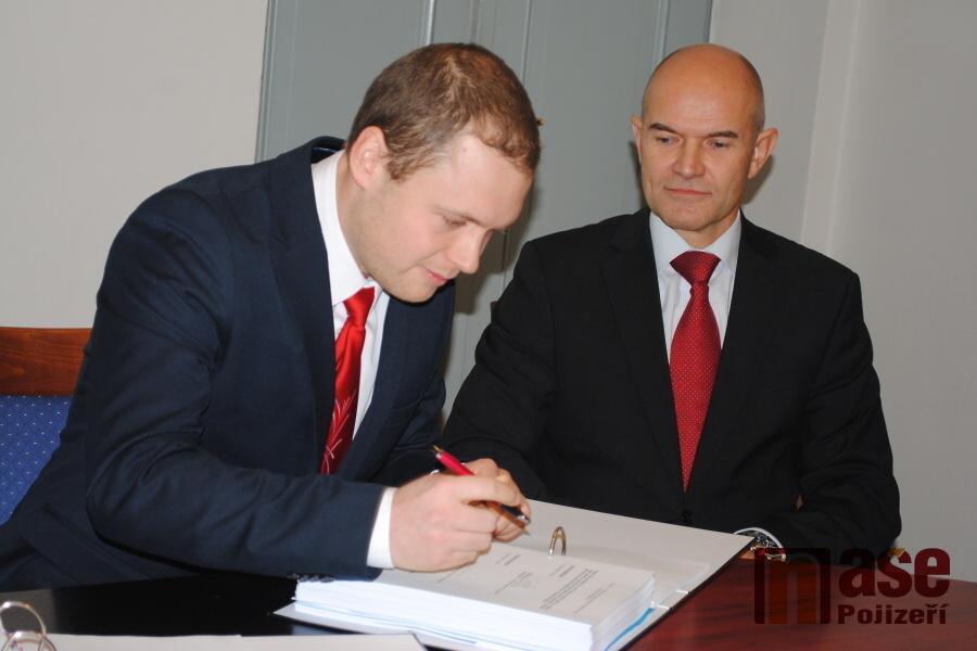 Podpis smlouvy na výstavbu turnovského rekreačního a sportovního areálu Maškova zahrada<br />Autor: Petr Ježek
