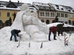 Průběh stavění sochy Krakonoše na jilemnickém náměstí